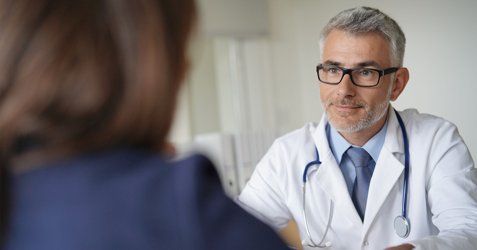 Arzt erklärt Patientin, wie Posterisan® protect anzuwenden ist.