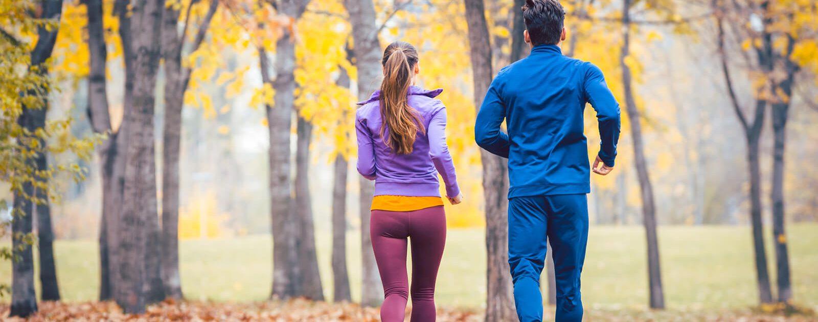 Hämorrhoiden Definition - joggendes Paar im Wald