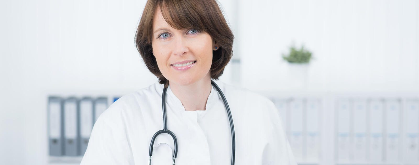 Ärztin, die Hämorrhoiden behandelt.