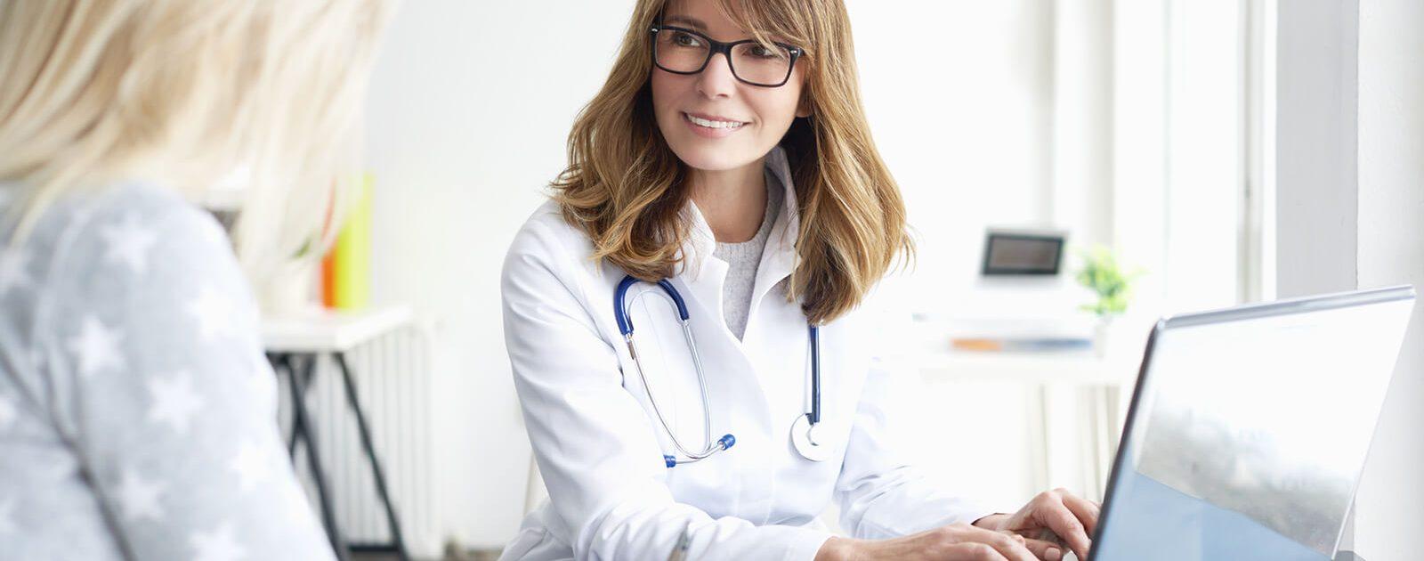 Ärztin klärt Patientin über die Behandlung von Hämorrhoiden auf