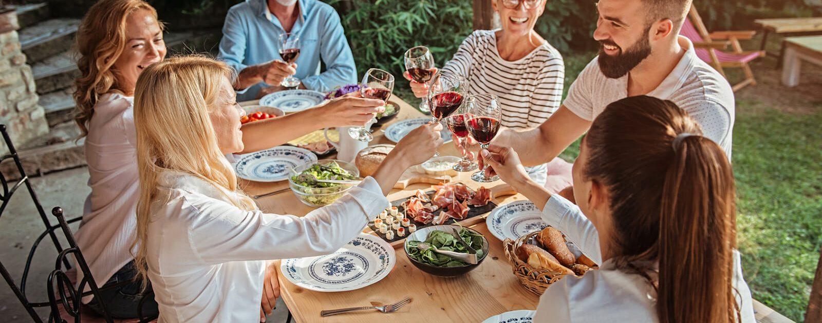 Personen am Tisch achten auf ihre Ernährung, um Hämorrhoiden zu vermeiden