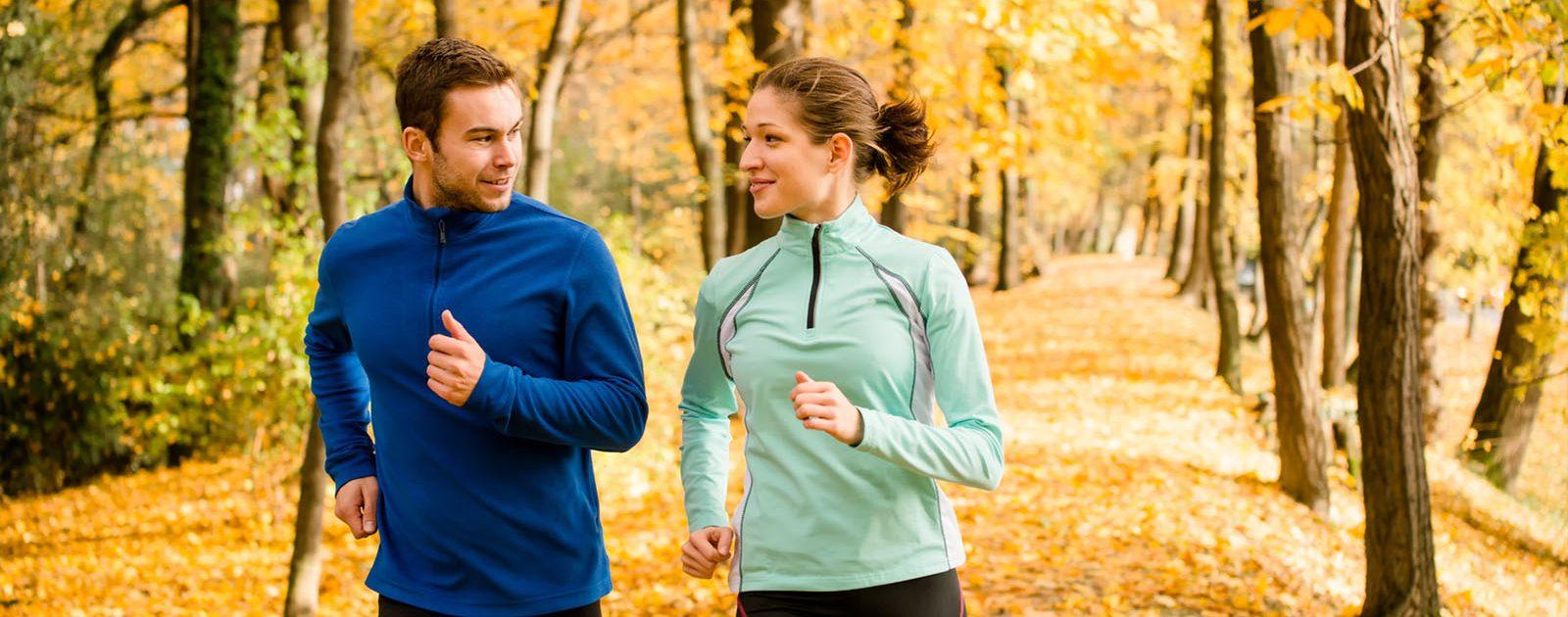 Pärchen joggt trotz Hämorrhoiden