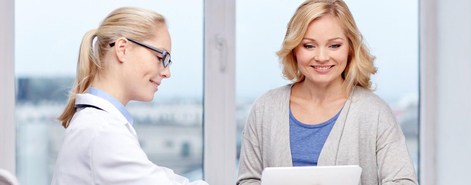 Eine Ärztin berät eine Patientin zur Behandlung & Entfernung von Marisken