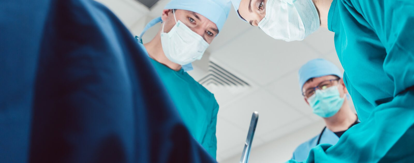 Ärzte führen Hämorrhoiden-OP mit der THD Methode durch.