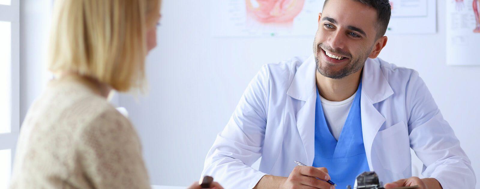 Arzt erklärt Patienten die verschiedenen Behandlungsmethoden bei Hämorrhoiden